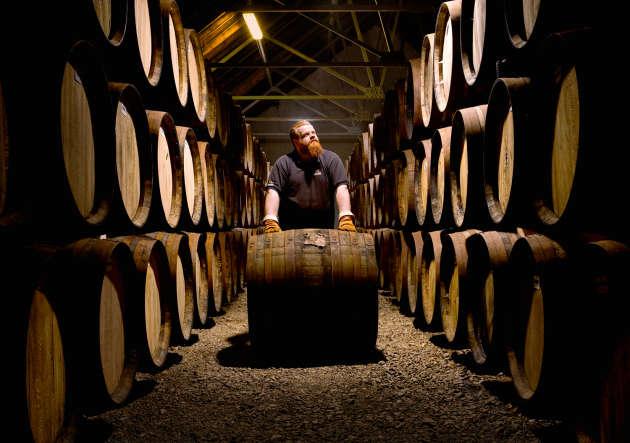 Dans la pénombre des chais de Glenfiddich, près d'un million de tonneaux en chêne contenant le single malt patientent, parfois depuis plus de cinquante ans.