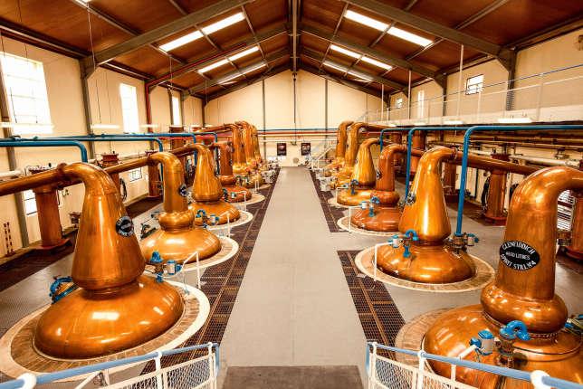Les alambics de la distillerie Glenfiddishà Dufftown (Highlands) transforment la bière en alcool fort.