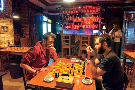 Siroter un verre en jouant une partie d'échecs, c'est possible au Chess Bar.