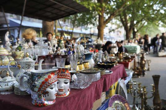 Chaque week-end a lieu le marché aux puces derrière la place de la République.