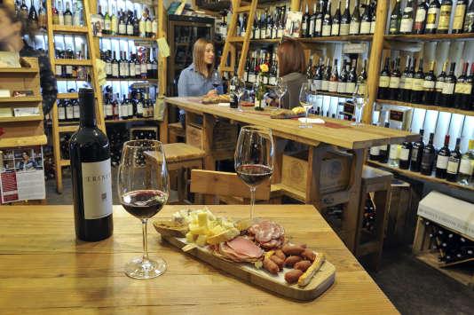On déguste près de 200 crus locaux au bar à vins In Vino.