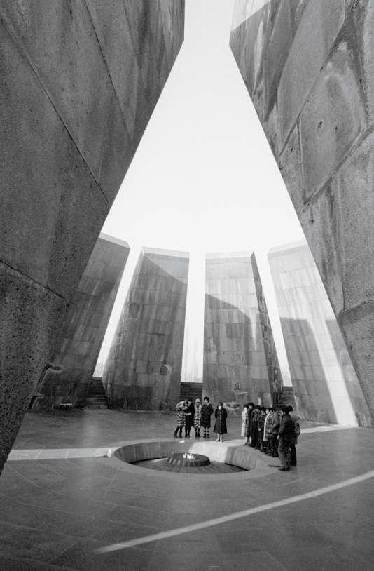 En 1984,visite scolaire au mémorial dédié aux victimes du génocide arménien de 1915.