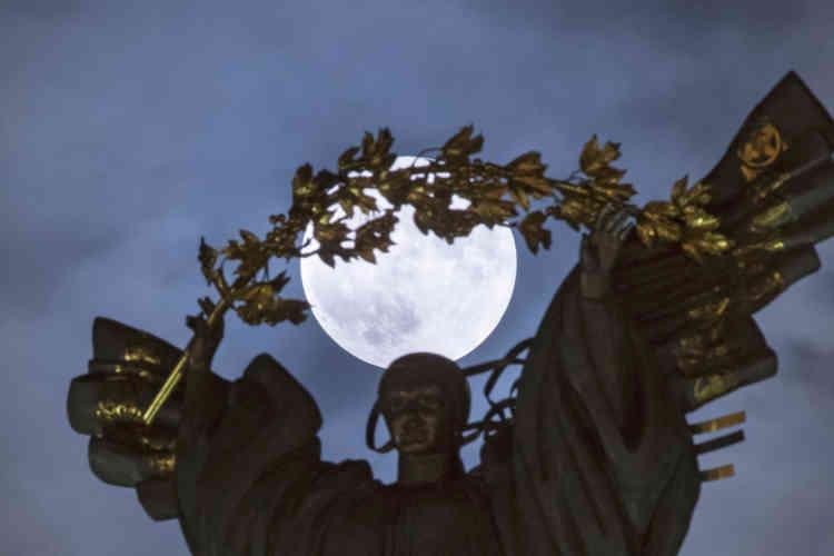 Au dessus de la statue de l'indépendance dans la capitale ukrainienne de Kiev.