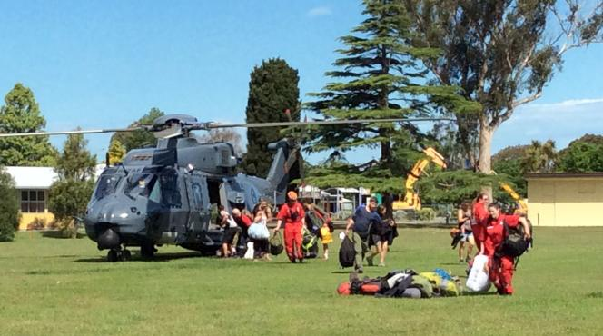 Des hélicoptères de l'armée procèdent à l'évacuation des touristes bloqués à Kaikoura, le 15 novembre.