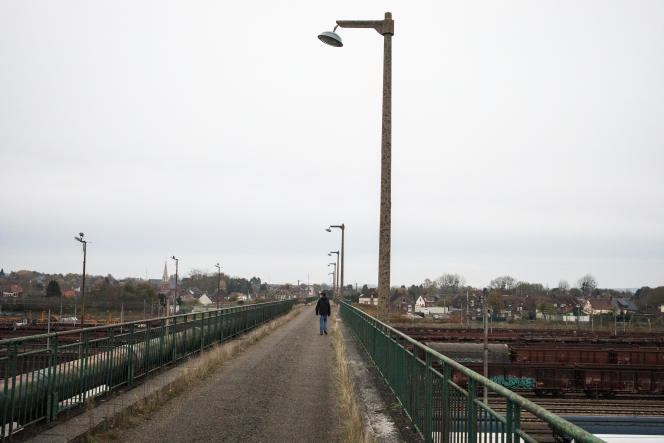 Vue sur le dépot de trains situé tout près de la cité Quessy, à Tergnier (Aisne).