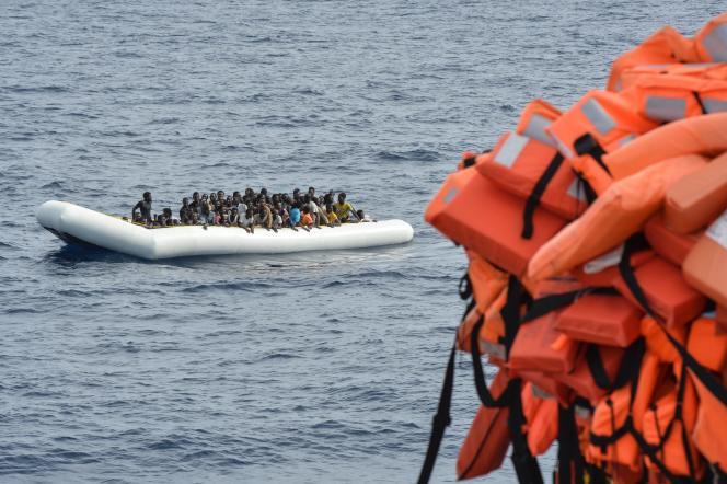 Des migrants attendent d'être secourus au large de la Libye, le 5 novembre.