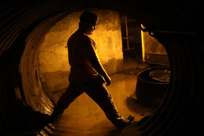 Un mineur dans un tunnel à charbon en 2014 en Virginie.