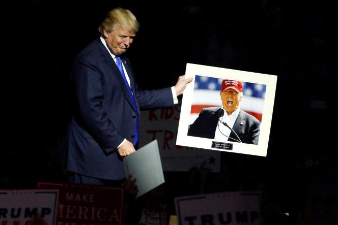 «Par ses mots, Donald Trump libère et légitime des actes – des bâtons et des pierres – aussi bien que des discours : depuis l'élection, des musulmanes ont été harcelées pour port du foulard, des croix gammées dessinées sur des écoles» (Photo: Donald Trump lors d'un meeting de campagne à Manchester, New Hampshire, le 7 novembre 2016).
