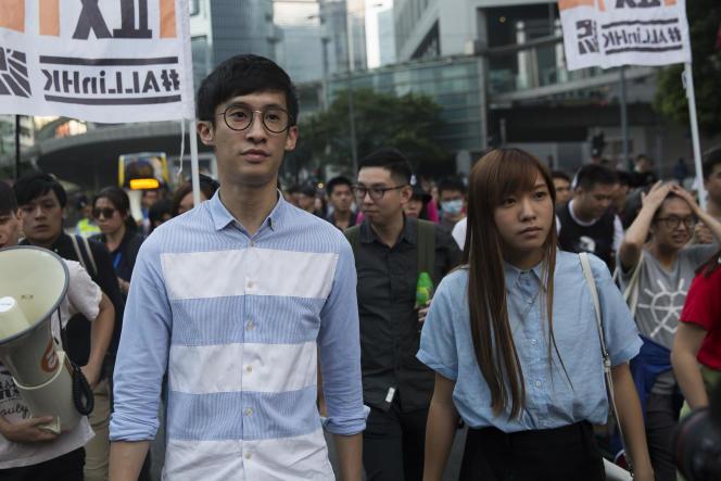 Les députés indépendantistes Baggio Leung (à gauche) et Yau Wai-ching (à droite) lors d'une manifestation à Hongkong le 6 novembre 2016.
