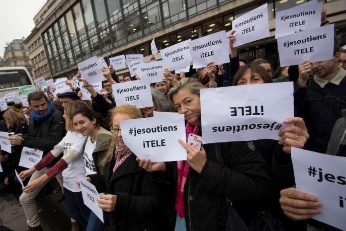 Des journalistes manifestent en soutien de leur collègues d'i-Télé devant le siège de la chaîne à Boulogne-Billancourt, le 14 novembre.