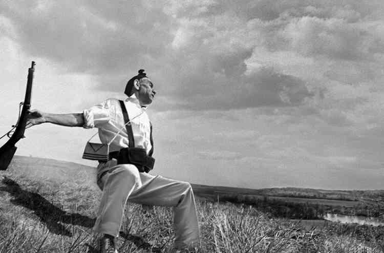 Hommage à Robert Capa, Mort d'un soldat républicain, 1936-2014.