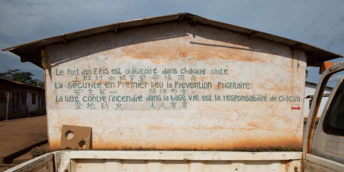 L'un des baraquements de la base de vie camerounaise.