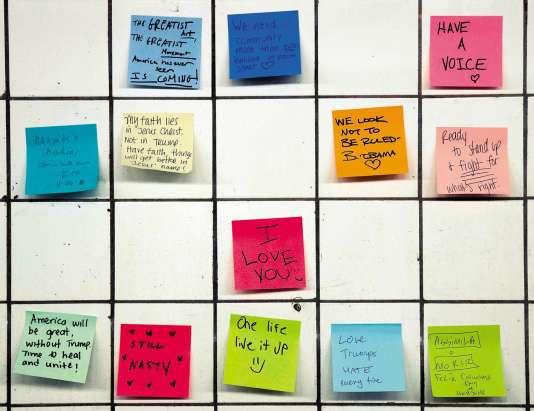 Apparue à l'initiative d'un artiste, la « Subway Therapy » consiste à coller des Post-itexprimant ses sentiments depuis l'élection sur les murs d'une station du métro new-yorkais.