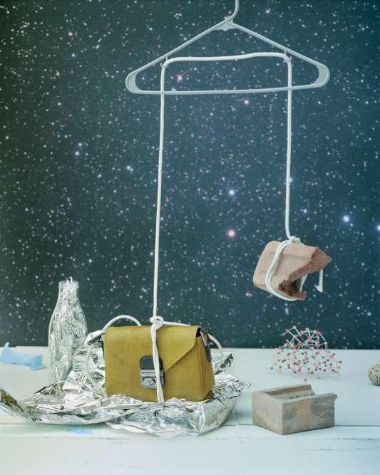 Collier tête de chat, sacs en pendentif ou broche porte-clés… Naïfs et pop, les accessoires s'aventurent aux frontières du surréalisme. Pochette en poney et cuir, Longchamp.