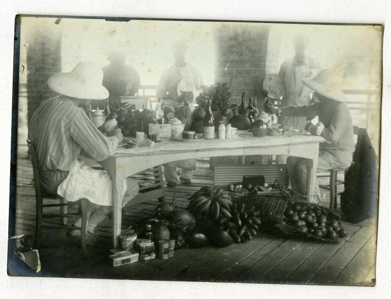 Plaque de verre représentant une scène de la vie quotidienne en Guinée, issue du fonds Aimé-Olivier de Sanderval, 1880-1919.