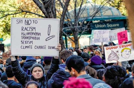 L'épingle à nourricedevient un symbole de la défense des victimes de racisme, de sexisme, d'homophobie ou d'islamophobie. Ici une manifestation contre Trump à New York, le 12 novembre.