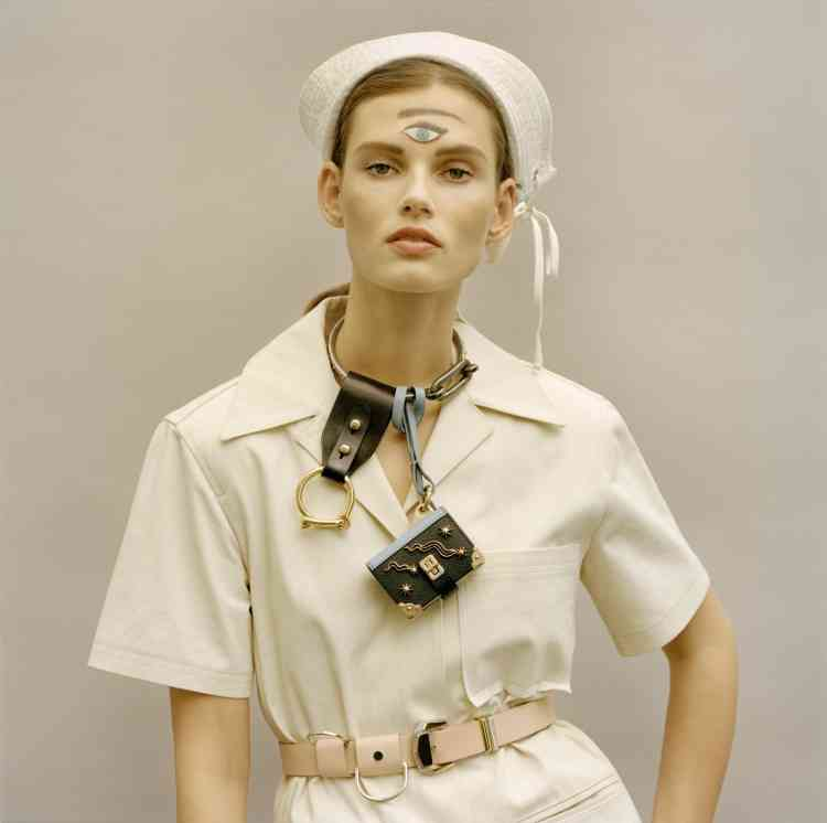 Veste en coton, ceinture en cuir, Paco Rabanne. Chapeau en coton, collier en métal avec pendentifs en cuir, Prada.