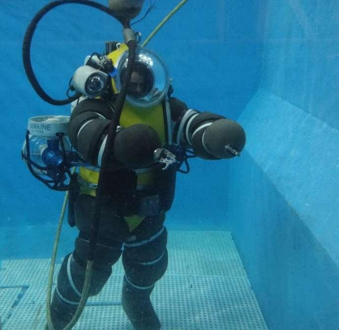 Simulation de plongée à la Cellule plongée humaine et intervention sous la mer (Cephismer)située sur la base navale de Toulon.
