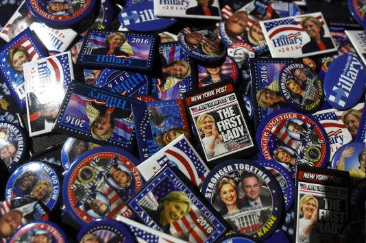 Des pins «Hillary Clinton» en vente lors d'une manifestation à Philadelphie, en Pennsylvanie, le 11 novembre.
