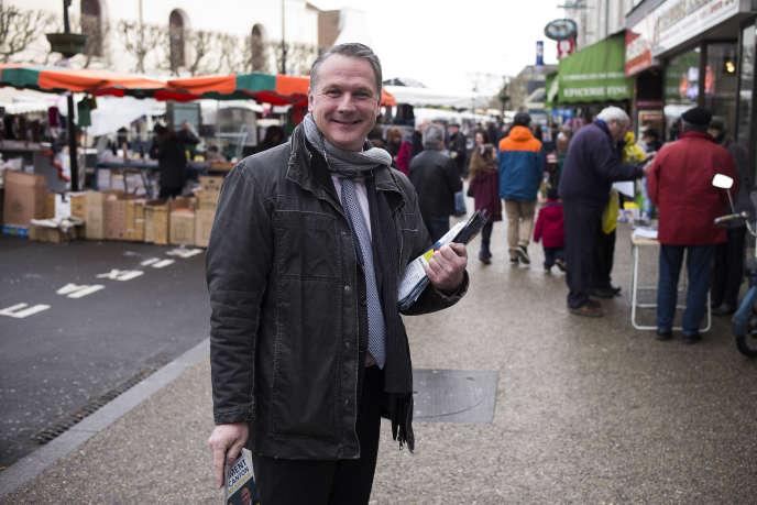 Philippe Olivier, alors candidat de Debout la France, en campagne à Draveil (Essonne) pour les élections departementales en 2015.