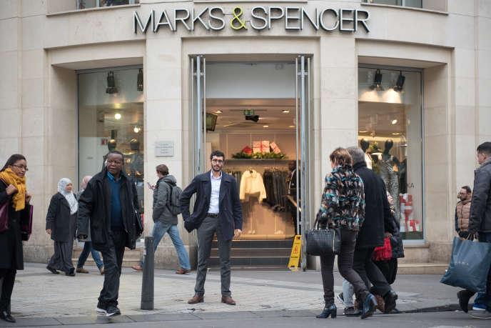 Yasin Leguet, délégué syndical de Marks & Spencer, sur les Champs-Elysées.