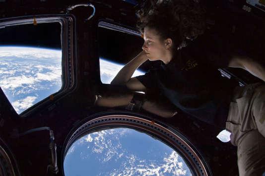 La coupole, installée en 2010, est un lieu privilégié pour observer la Terre depuis la Station. Ici, l'astronaute Tracy Caldwell Dyson en septembre 2010.