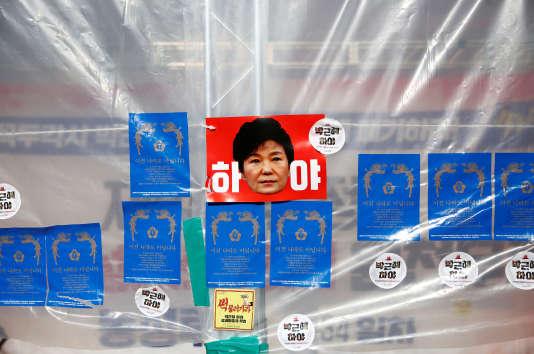 La cote de popularité de la présidente Park Geun-hye est tombée à 5%, ce qui est sans précédent pour un chef de l'Etat en Corée du Sud depuis l'avènement de la démocratie, en1988.