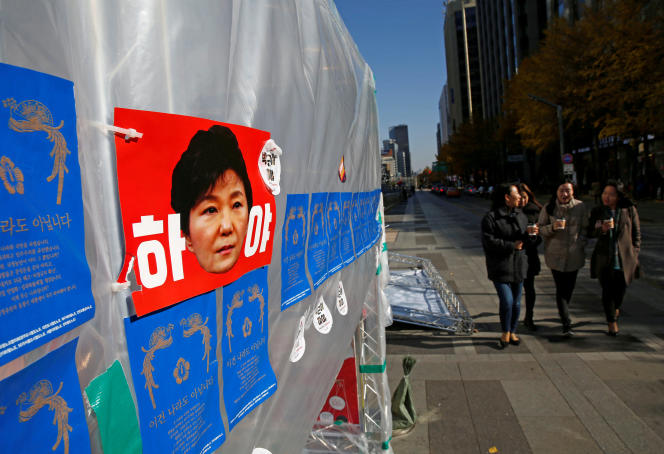 Dans le centre de Séoul, des affiches appellent à la démission de la présidente Park Geun-hye.