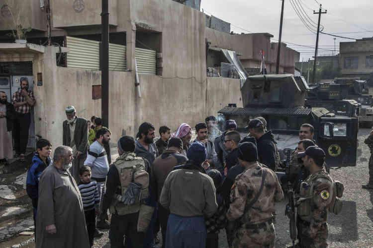 Les forces spéciales tentent d'identifierdes combattants ou collaborateurs de l'Etat islamique, en s'appuyant sur des documents récupérés dans l'administration de l'EI. Mossoul, le 10 novembre.