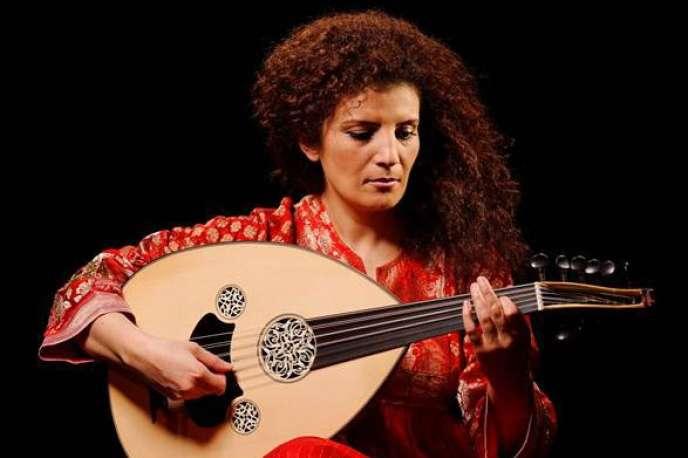 La musicienne syrienne Waed Bouhassoun et son oud.