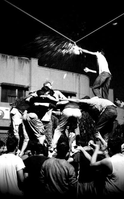 «J'ai fait une école de commerce en Inde, le Management Development Institute de Gurgaon, près de Delhi. Un soir, une troupe de musiciens traditionnels est venue sur le campus célébrer une fête dédiée à Krishna, le demi-dieu qui a volé du beurre aux vrais dieux. Nous devions faire une tour humaine pour casser la cruche suspendue, contenant le beurre. Sur la photo, il s'agit du troisième essai, tandis que les «Anciens» sur les toits nous envoient de l'eau chaude (car les dieux savent se défendre ? Ou aiment le bizutage ?). L'effet interculturel a été extrêmement positif, et moi-même ayant joué au rugby, je m'en suis donné à cœur joie, avec la satisfaction d'avoir contribué à la réussite collective. » Florian Dupasquier