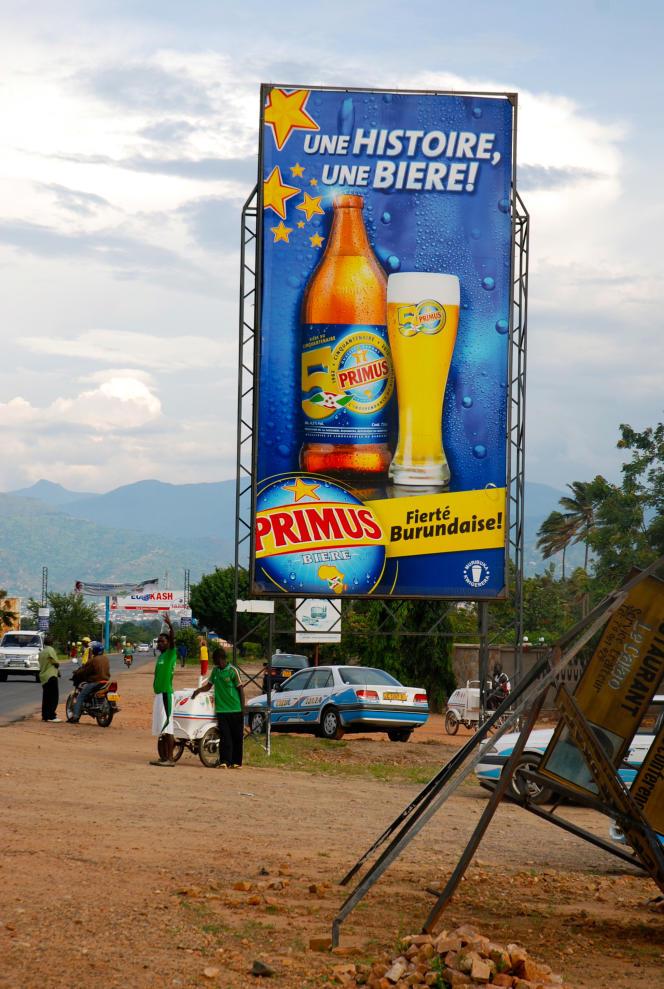 Panneau publicitaire pour la bière Primus, la marque populaire de Heineken au Burundi.