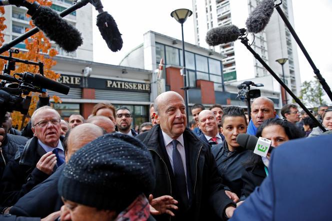 Le maire de Bordeaux Alain Juppé, du parti Les Républicains, en visite à Argenteuil (Val d'Oise) le 2 novembre2016, à quelques jours de la primaire de la droite à laquelle il est candidat. La ville, bastion du parti communiste de 1945 à 2001, a été conquise par son maire actuel Georges Mothron (LR) une première fois en 2001 puis une seconde en 2014.
