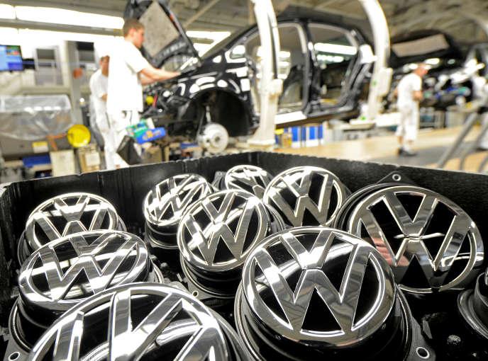 Le logo de Volkswagen dans une usine à Wolfsburg, en Allemagne, le 25 février 2013.