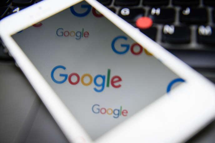 Le logo Google affiché sur un téléphone, à Londres, le 11 février 2016.