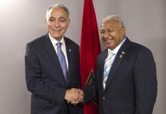 Le ministre des affaires étrangères marocain et président de la COP22, Salaheddine Mezouar (à gauche), et le premier ministre fidjien, Frank Bainimarama, à Marrakech, le 18 novembre 2016.
