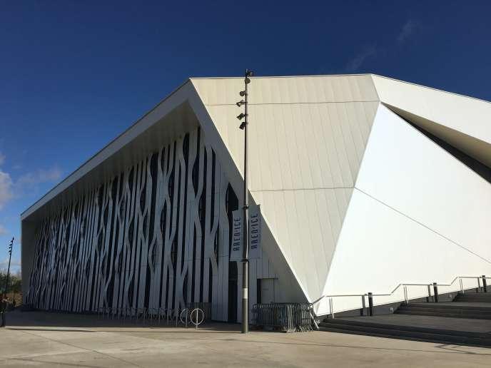 Entrée sud de l'Aren'Ice de Cergy-Pontoise, à l'architecte inspirée d'un bloc de glace sculpté.