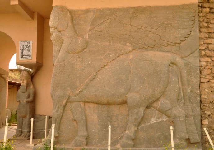 Une statue ancienne d'un taureau ailé à visage humain, symbole de force dans la civilisation assyrienne, sur le site archéologique de Nimroud, le 9 avril 2013.
