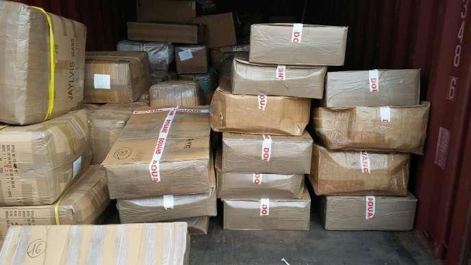 Saisie de 582 kg de cannabis dans un camion par les Douanes, dans le port de Rouen, le 29 juillet 2016.