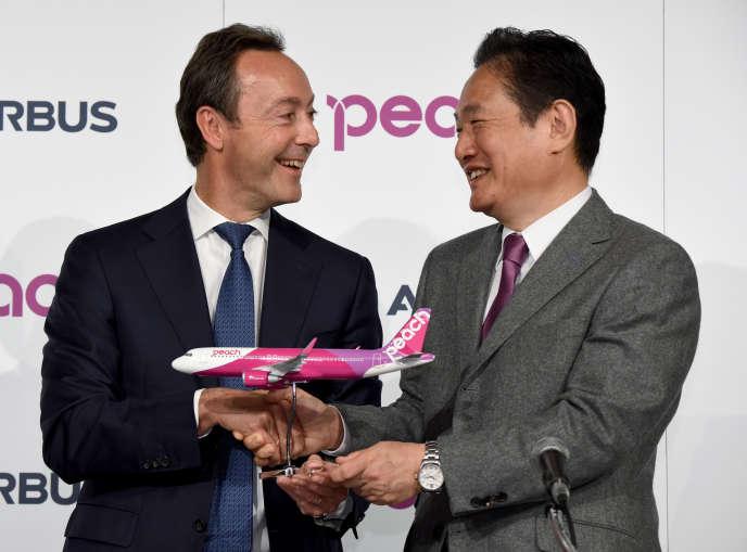 Fabrice Bregier, le directeur général d'Airbus, et Shinichi Inoue, le patron de Peach Aviation, lors d'une conférence de presse, le 18 novembre à Tokyo, officialisant la commande japonaise.