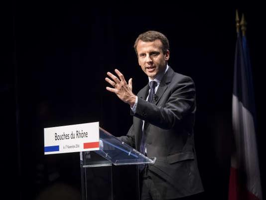 Emmanuel Macron en déplacement à Marseille, au lendemain de sa déclaration de candidature à l'élection présidentielle.
