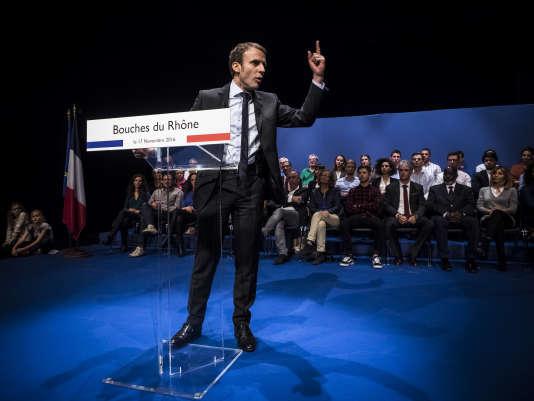 Emmanuel Macron en déplacement a Marseille, au lendemain de sa déclaration de candidature à l'élection présidentielle, le 17 novembre.