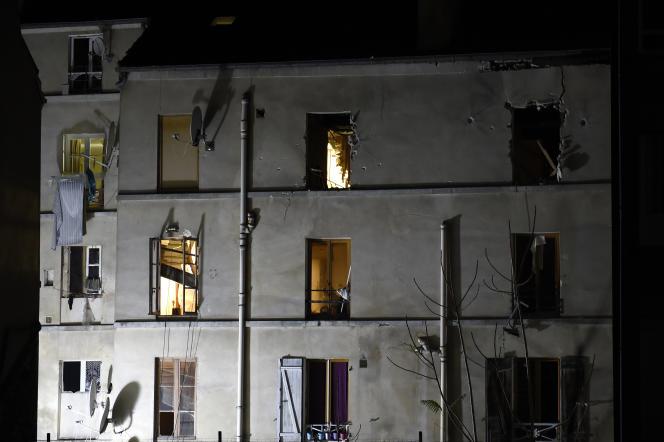 L'immeuble du 48 rue de la République, à Saint-Denis, à la suite de l'assaut du Raid, le 18 novembre 2015.