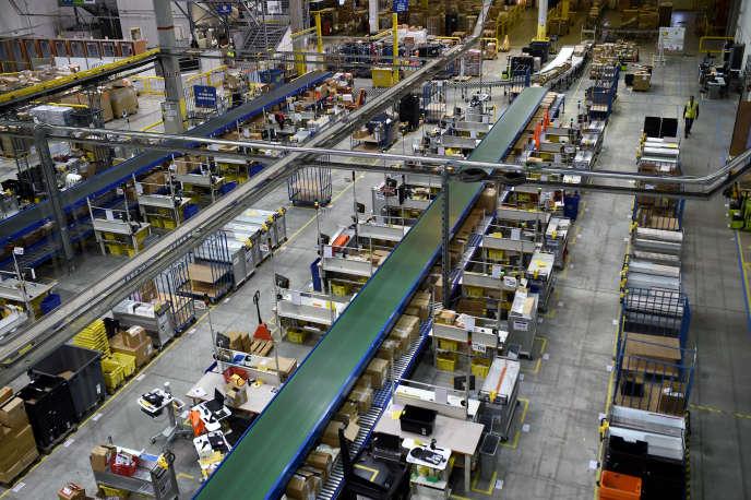 Centre logistique d'Amazon à Saran (Loiret), en octobre.