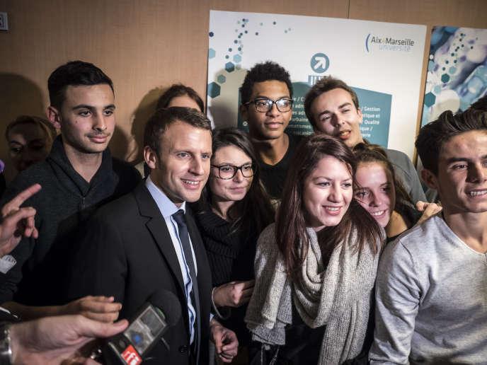 Emmanuel Macron rencontre la jeunesse, le lendemain de sa déclaration de candidature à l'élection présidentielle, le 17 novembre 2016.