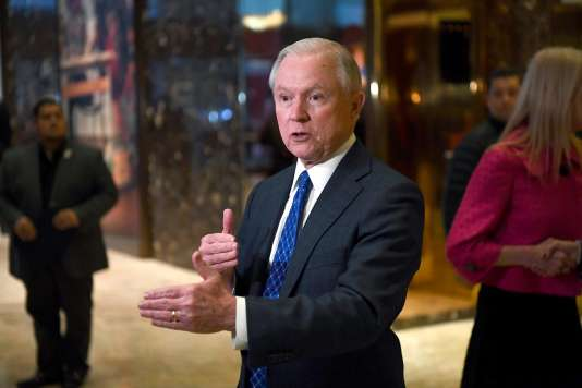 Jeff Sessions, sénateur de l'Alabama à sa sortie de la Trump Tower le  17 novembre à New York.
