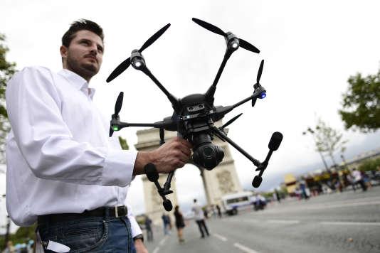 Un drone de la marque chinoise Yuneec lors du Paris Drone Festival, sur les Champs-Elysees le 4 septembre 2016.