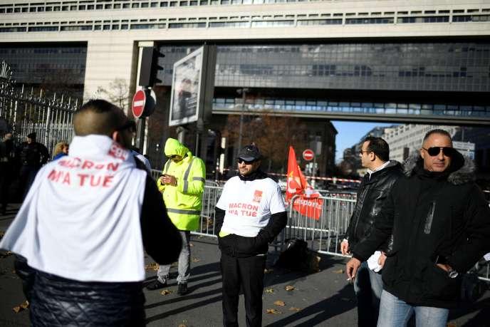 Les employés de Megabus manifestent devant Bercy, le 18 novembre 2016.