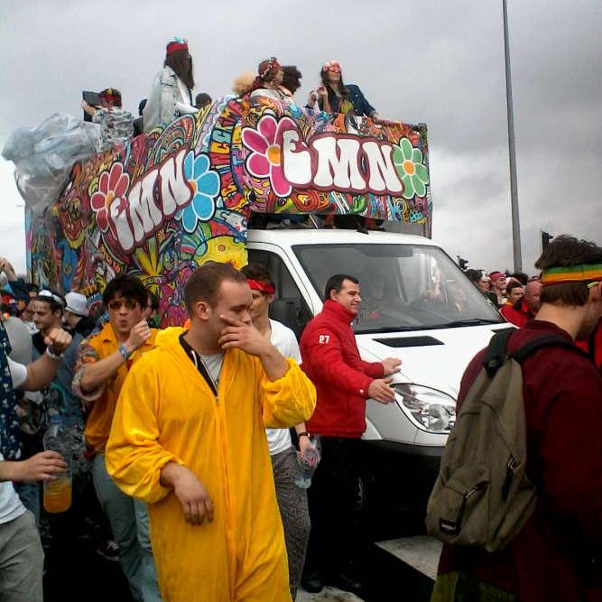 «Voici l'édition 2015 du carnaval étudiant de Caen, organisé par les associations étudiantes de l'Unicaen chaque année, aux alentours du mois de mars. Les cours sont annulés mais l'université fonctionne. Les étudiants de la fac et des écoles, mais aussi des lycéens, défilent du Phénix jusqu'auparc des expositions, où des concerts gratuits sont organisés. Cela finit tout le temps en beuverie, mais l'événement est très encadré. »