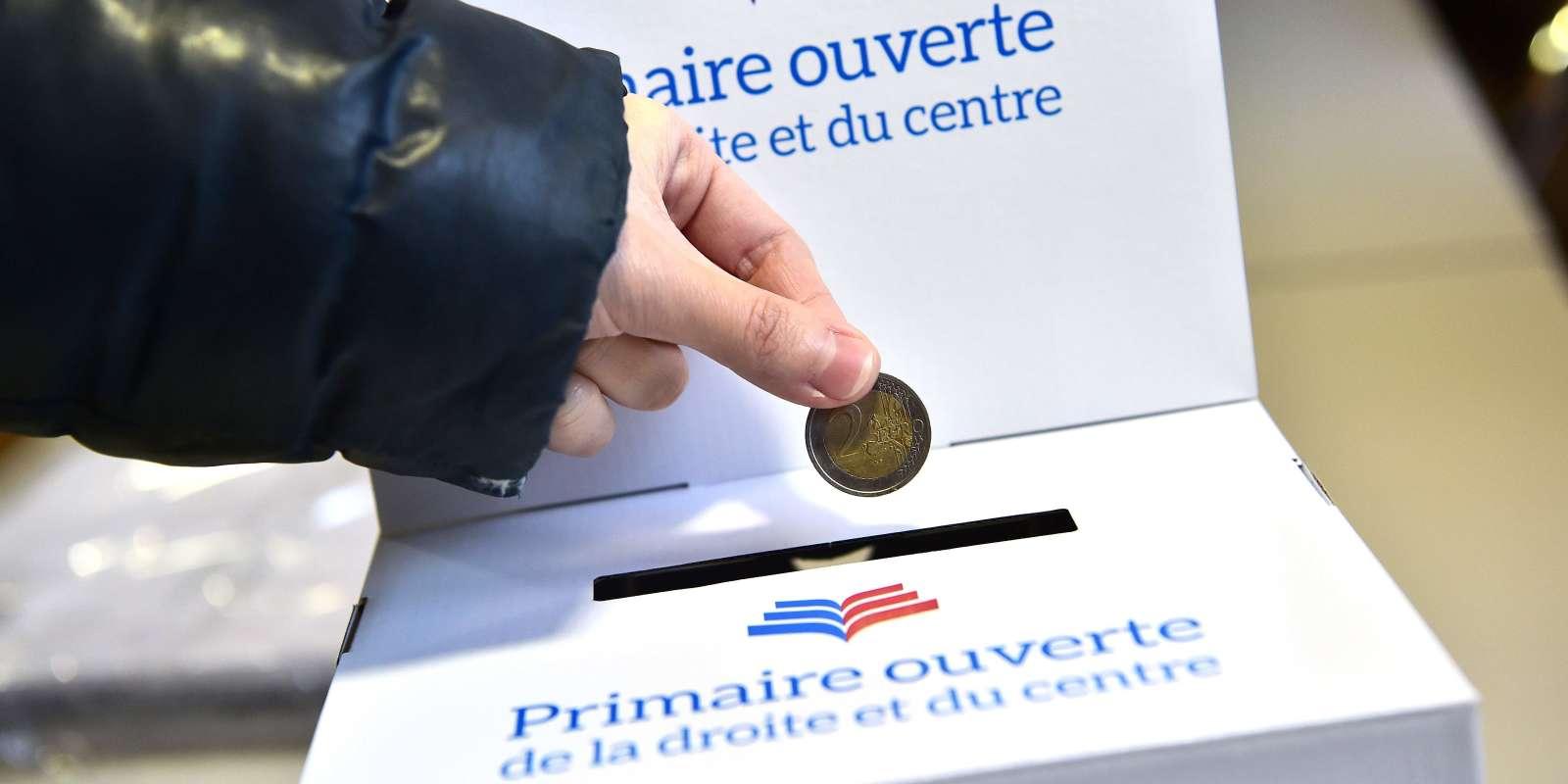 Les électeurs devront débourser deux euros pour participer à la première ronde des primaires de centre droit avant l'élection présidentielle de 2017 - dans un bureau de vote à Courbevoie, à l'ouest de Paris le 18 novembre.